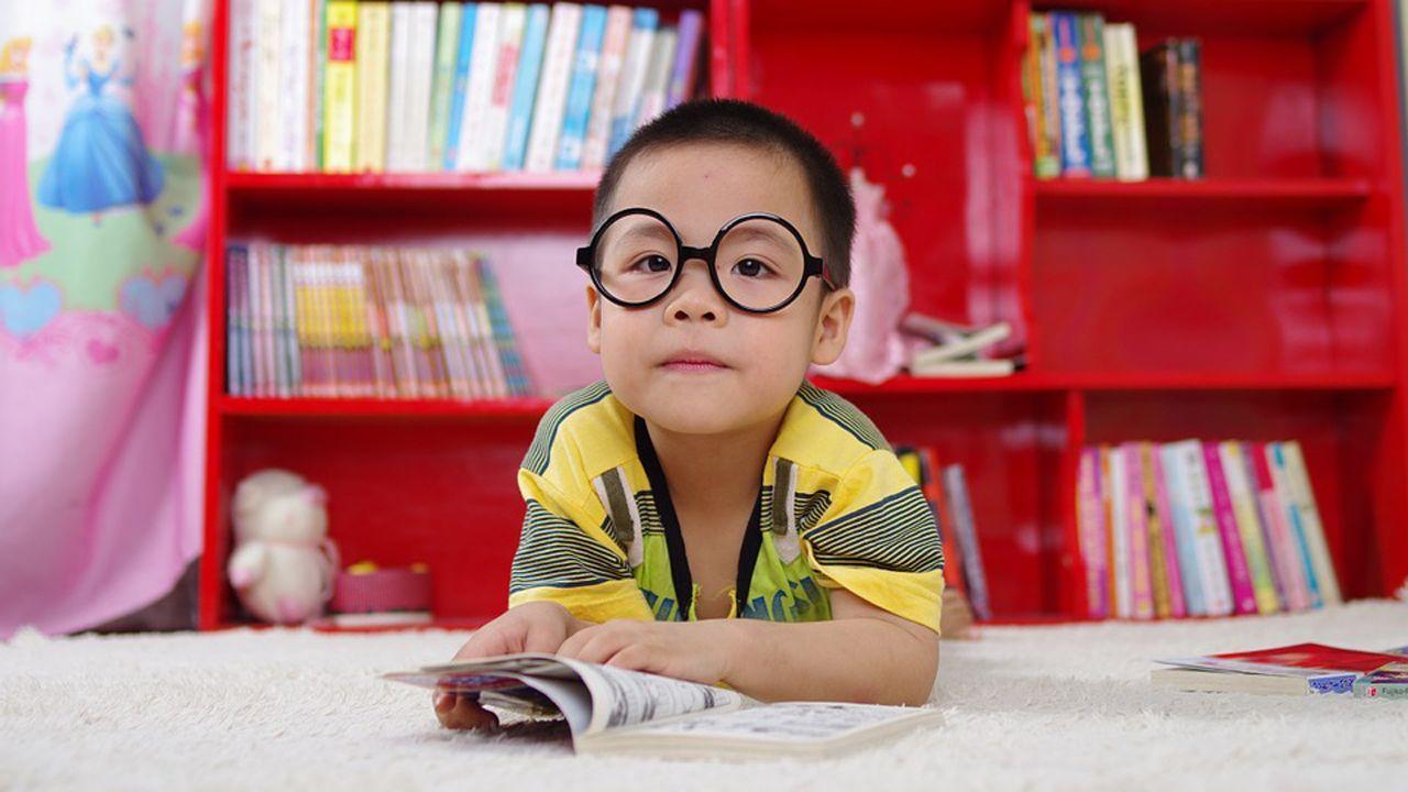 Niño leyendo libro estudiando clase.Melendi