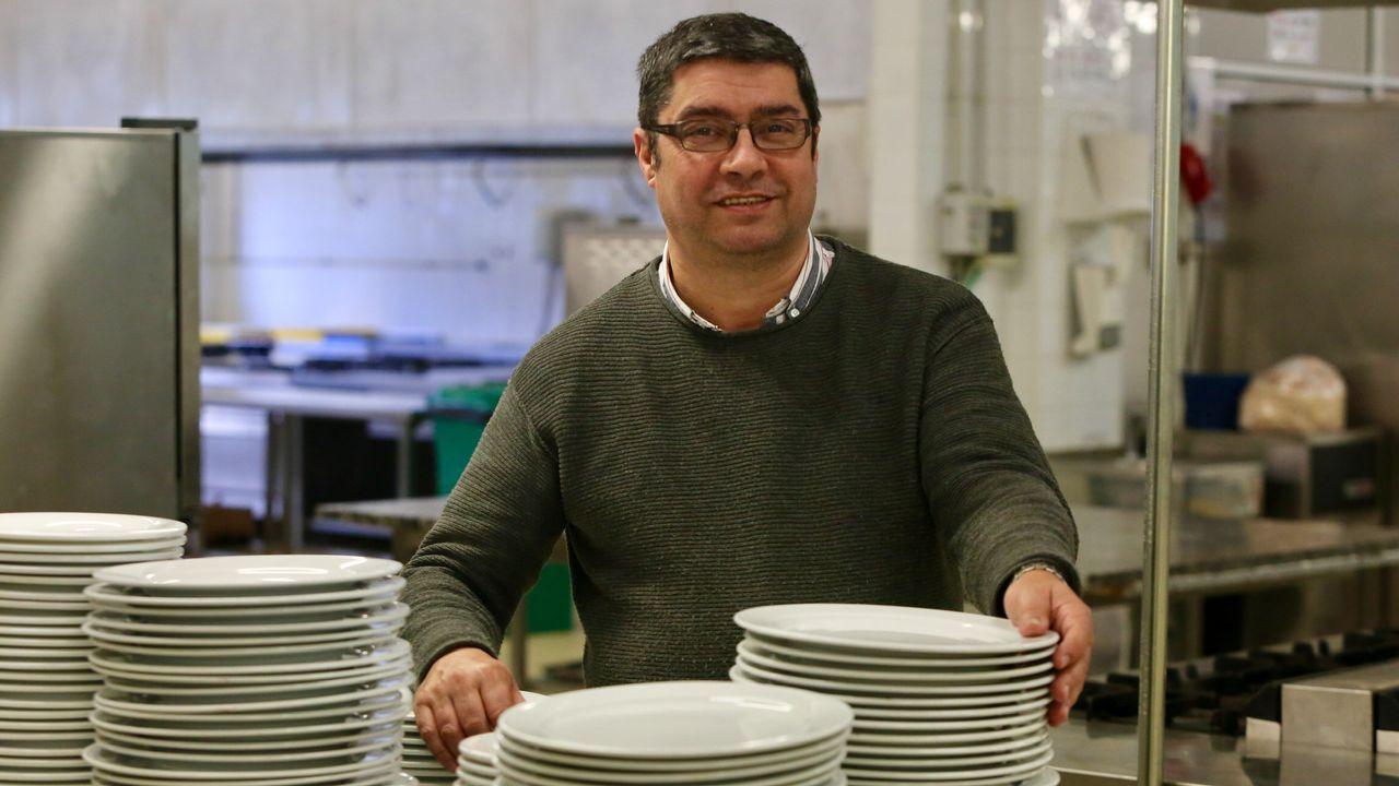 Concurso de Cociña e Coctelaría José Rodríguez-Moldes Rey, en el IES Fraga do Eume.El avilesino Erik Garabaya con una sidrería de Brooklyn al fondo