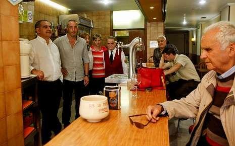 El veterano hostelero ha cedido el testigo del Polvorín a Gonzalo Pía y Suso González, en imagen, que, según destacan, mantendrán la filosofía del negocio.