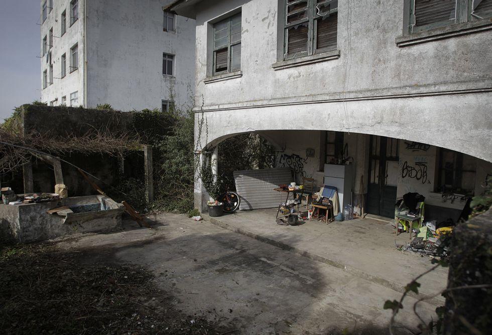 Noa, la perrita «deshauciada».Los ocupantes de la finca guardan sus enseres en el porche posterior de la casa.