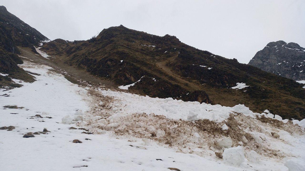 Restos de avalancha en el camino de verano