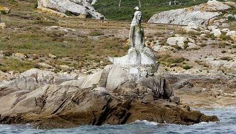 <span lang= es-es >La estatua de Sálvora</span>. Una imagen de la sirena que protagoniza la leyenda de los Mariño recibe a los visitantes en la isla de Sálvora; es obra del escultor Ismael Ortega, que la hizo por encargo de la familia Revilla, anteriores propietarios de ese paraje natural.