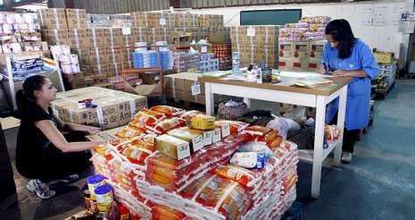 La «tardía» ola de calor achicharra Galicia.Desde los almacenes de la Fundación Amigos de Galicia en Vilagarcía salen alimentos para 31.000 personas.