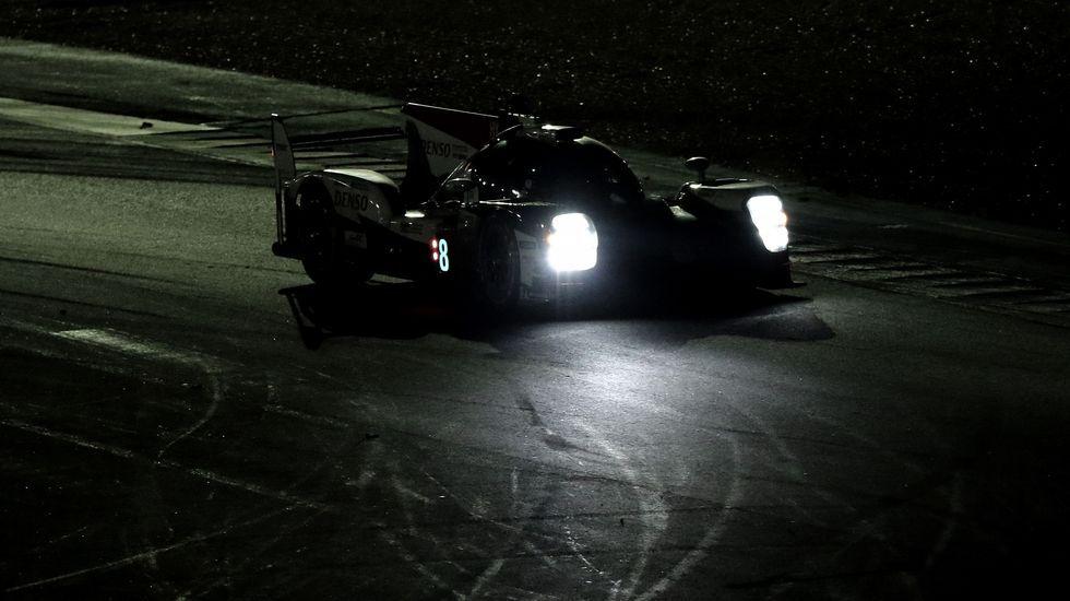 .El Toyota de Fernando Alonso, en plena competición nocturna en Le Mans