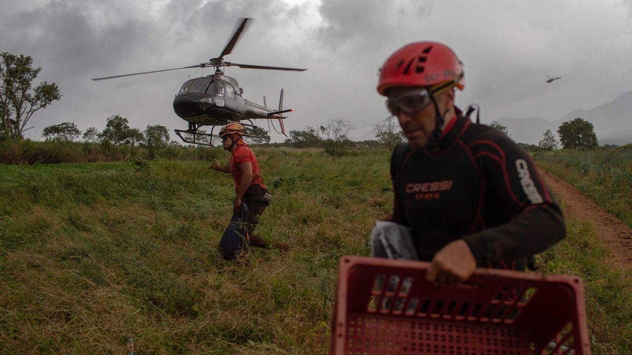 Un helicóptero de la policía presta asistencia en la zona afectada