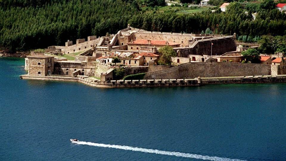 El castillo de San Felipe, en la entrada de la Ría de Ferrol. Era un enclave militar estratégico de protección de la ría, desde el que se levantaba una gran cadena que evitaba el paso de los barcos enemigos. Hoy en día, es parte importante del patrimonio histórico de la comarca.