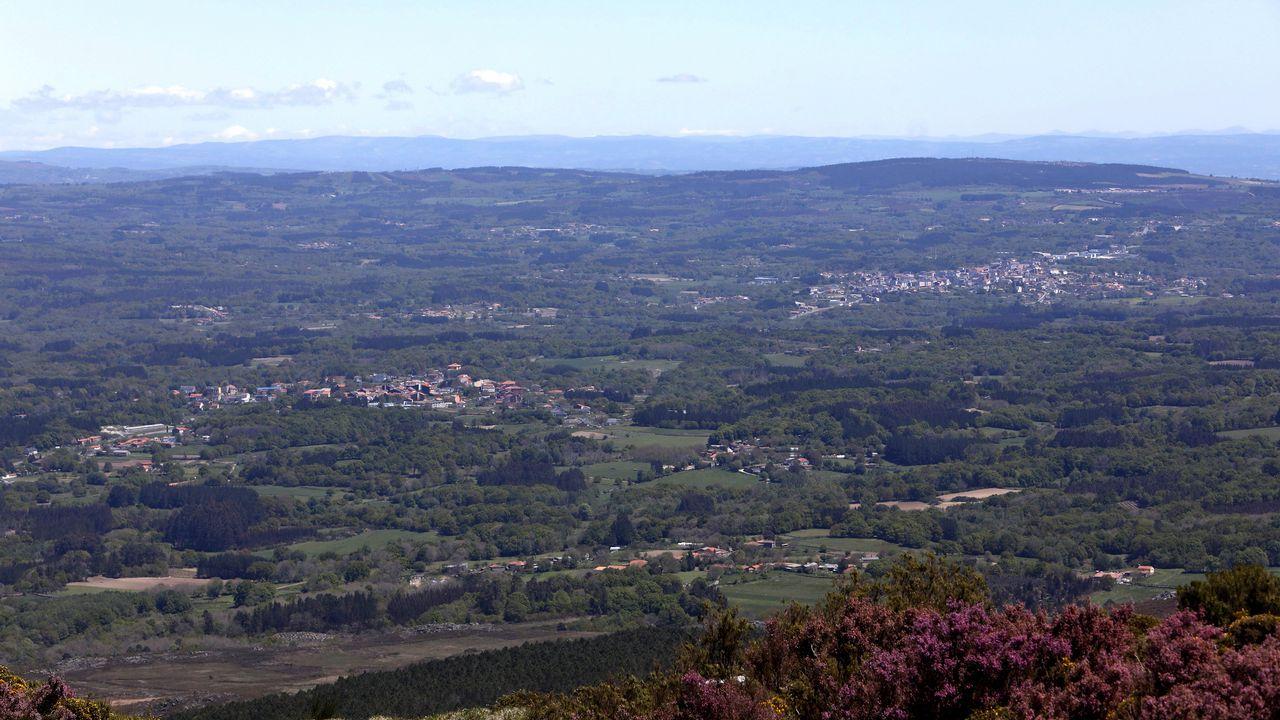 A la izquierda, Antas de Ulla, y a la derecha, Monterroso desde el mirador del monte Farelo