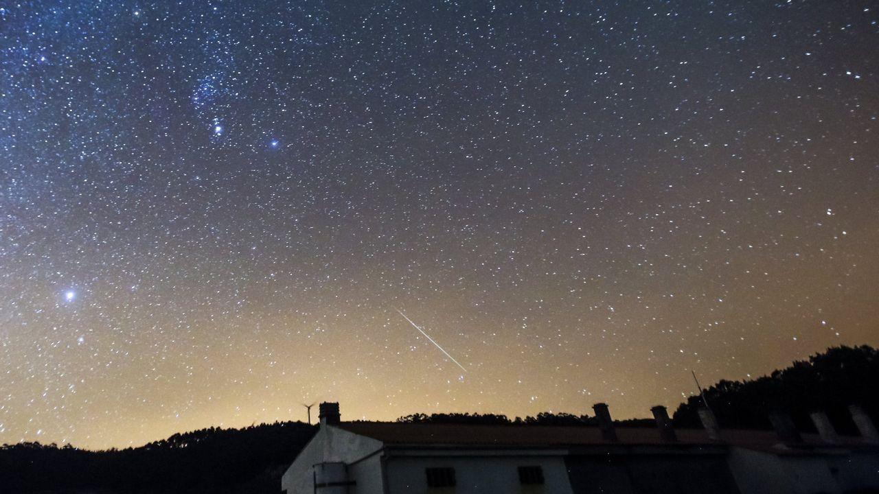 Todo lo que debes saber sobre las Perseidas.Lluvia de estrellas en Corme, en una imagen de archivo