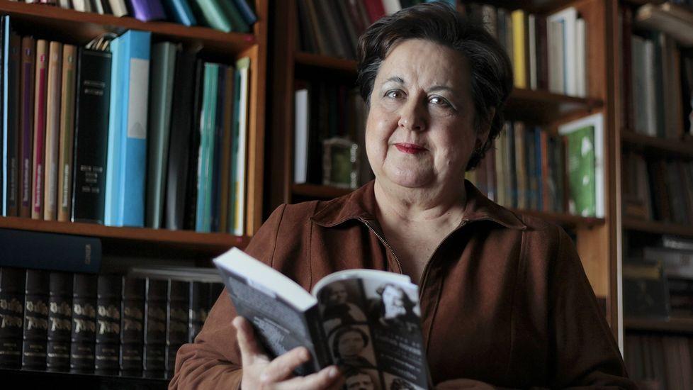 .Pilar García Negro, nun retrato tomado recentemente no que aparece posando cun dos seus últimos traballos: «No temo de 'Follas Novas', unha viaxe pola literatura universal», editado polo selo compostelán Alvarellos.