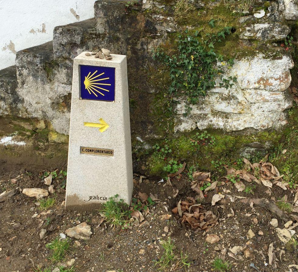 El mojón fue arrancado y quedó el que marca la ruta original.