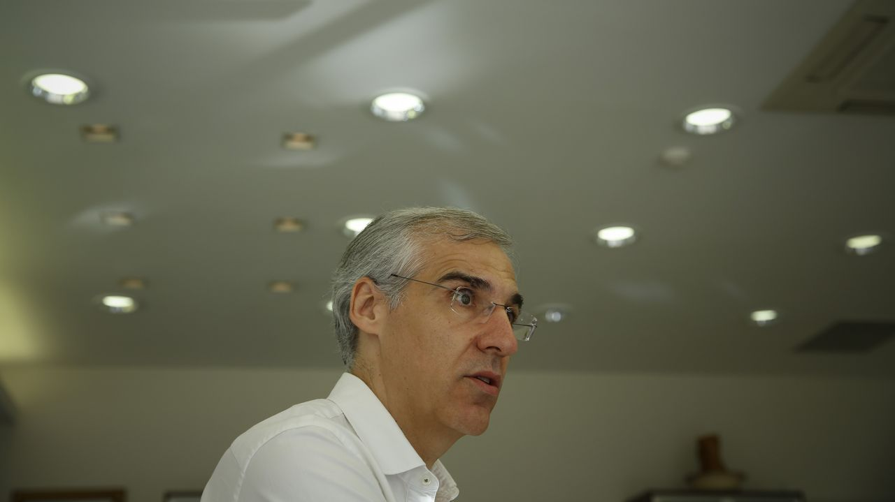 Francisco Conde: «Galicia tiene que ser atractiva para invertir, pero no a cualquier precio».Irene Lorenzo y Teresa Holmes en el puesto de productos españoles en el mercado de Brockley