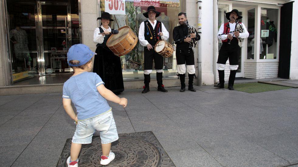 La procesión previa a la ofrenda floral, con la torre del castillo de San Vicente de fondo.Un niño baila frente a uno de los grupos que actuaron en Monforte en el Día do Gaiteiro
