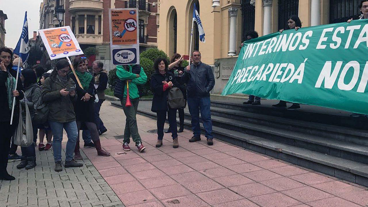 Concentración de interinos docentes, convocada por SUATEA, en Oviedo