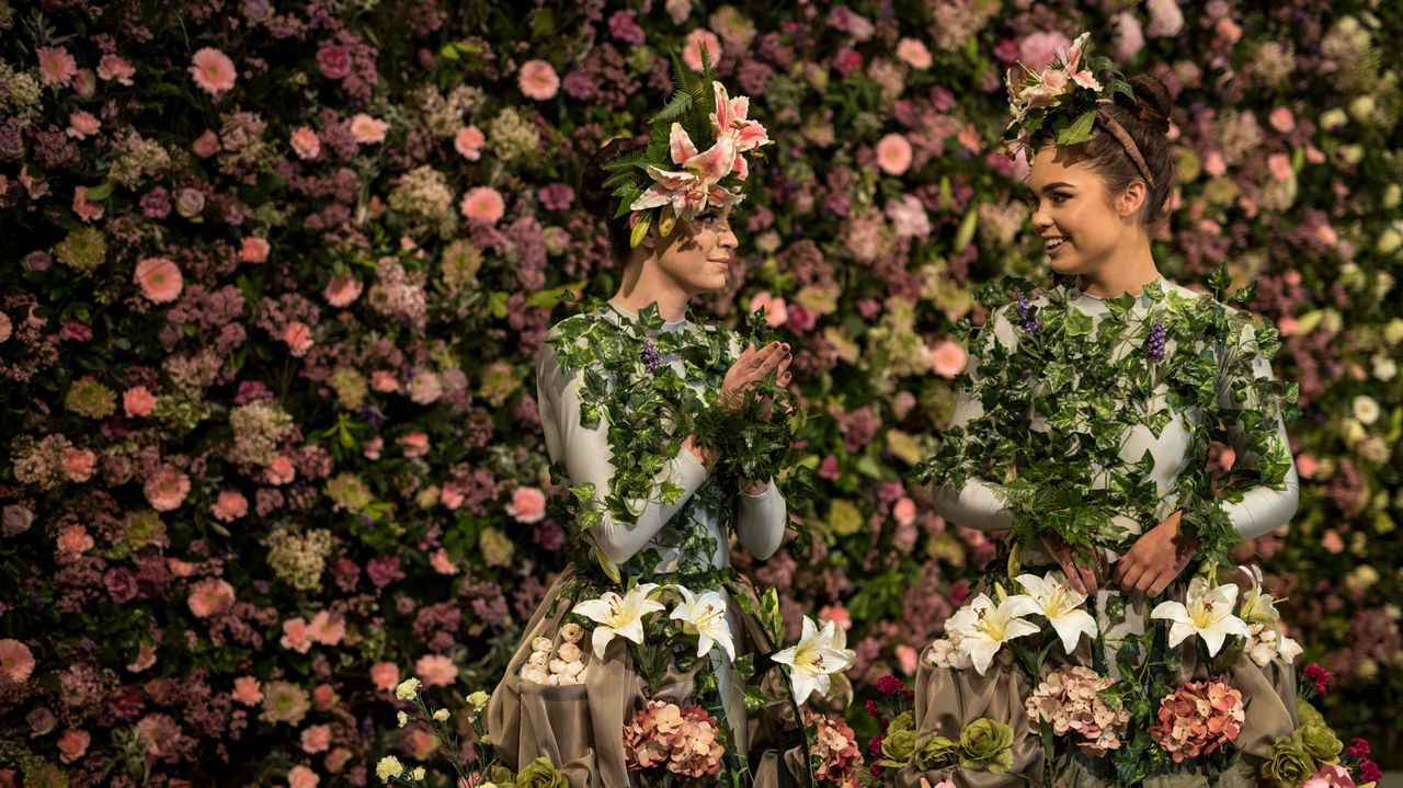 .Dos bailarinas posan en la víspera de la Feria de Flores Harrogate Spring en el Great Yorkshire, al norte de Inglaterra