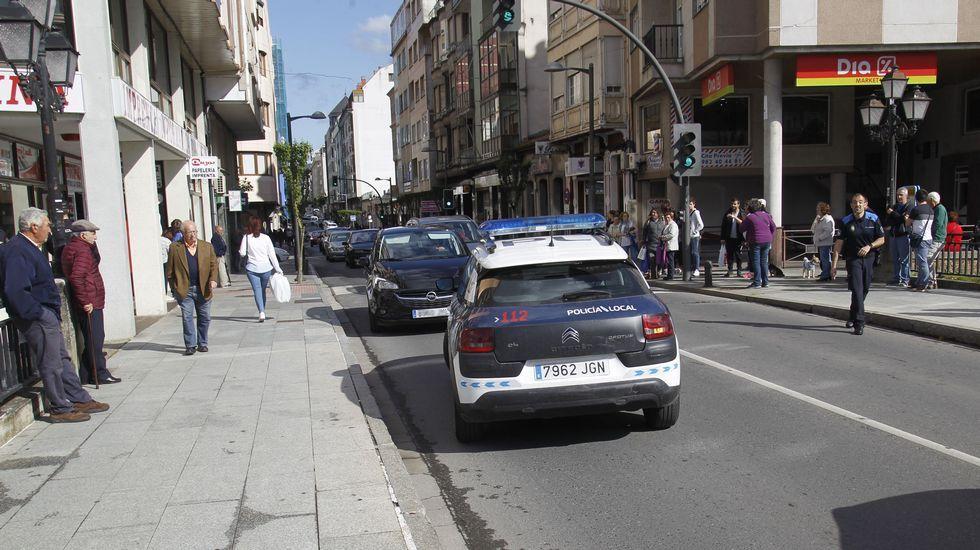 Un coche de la Policía Local en el puente nuevo frente a uno de los vehículos implicados en el incidente