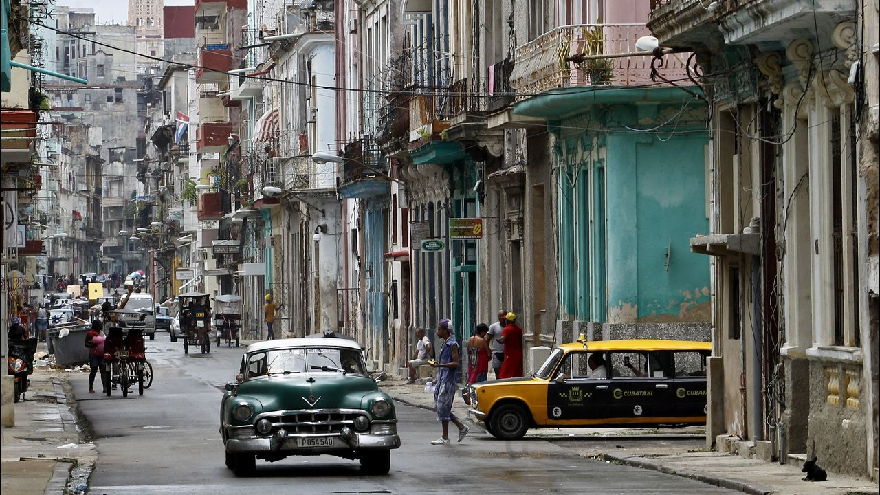 .Vista del tráfico hoy, jueves 30 de agosto de 2018, en una calle del centro de La Habana (Cuba).