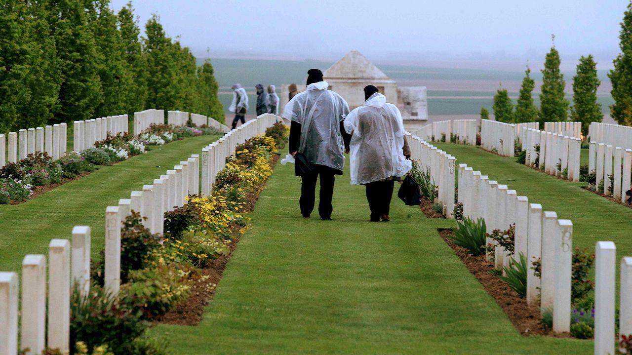 .Dos visitantes en el cementerio militar de Villers-Bretonneux, durante el centenario del Anzac, el ejército conjunto de Australia y Nueva Zelanda en tiempos de guerra