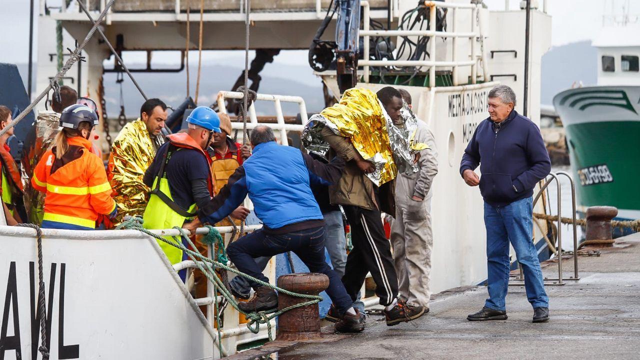 Llegada a puerto de los marineros rescatados del barco Sin Querer 2