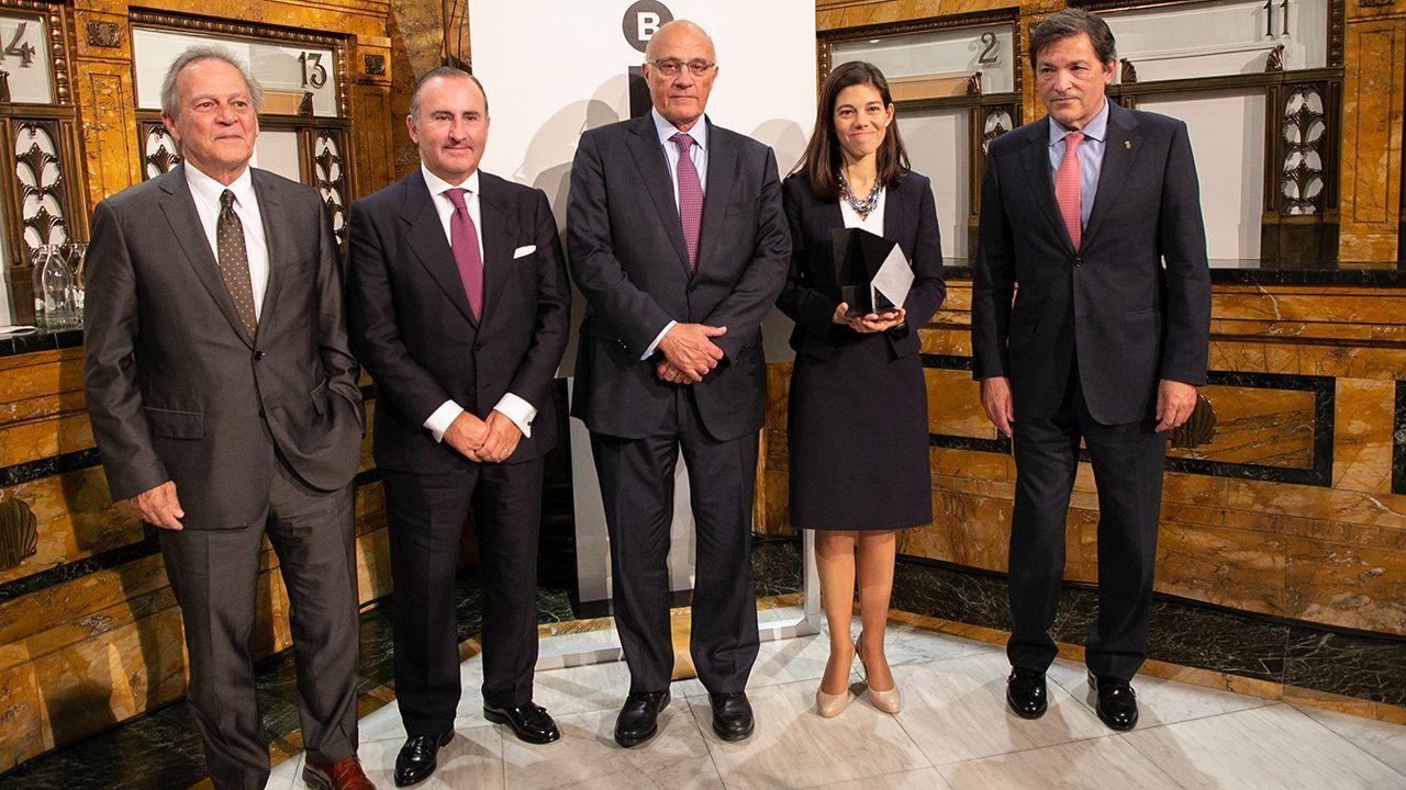 De izquierda a derecha: Miquel Molins, presidente de la Fundación Banco Sabadell; Pablo Junceda, director General de Sabadell Herrero; Josep Oliu, presidente de Banco Sabadell; Laura Díaz, premiada; y Javier Fernández, presidente del Principado