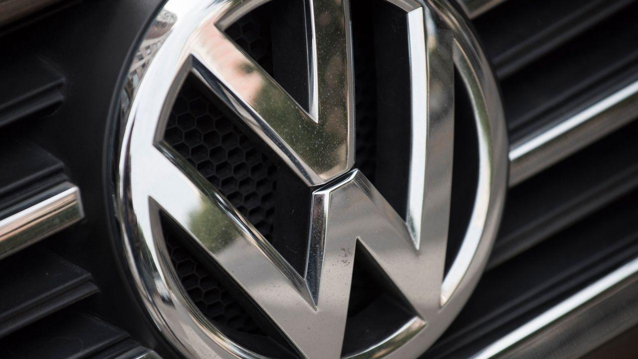 ¿Es una locura comprar un diésel hoy?.Logomarca de la Volkswagen en concesionaria en EE.UU