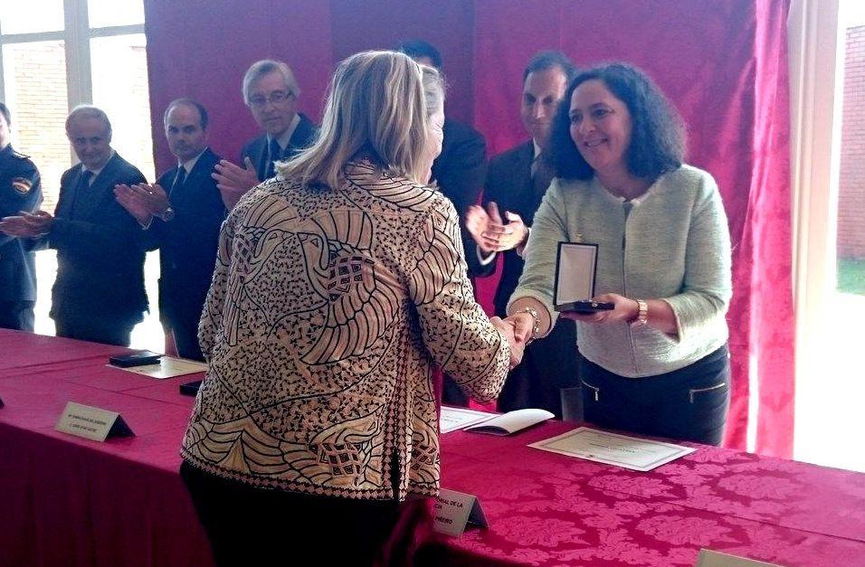 Olga Basterrechea, presidenta de Asfedro, recogiendo la medalla de manos de Belén do Campo.