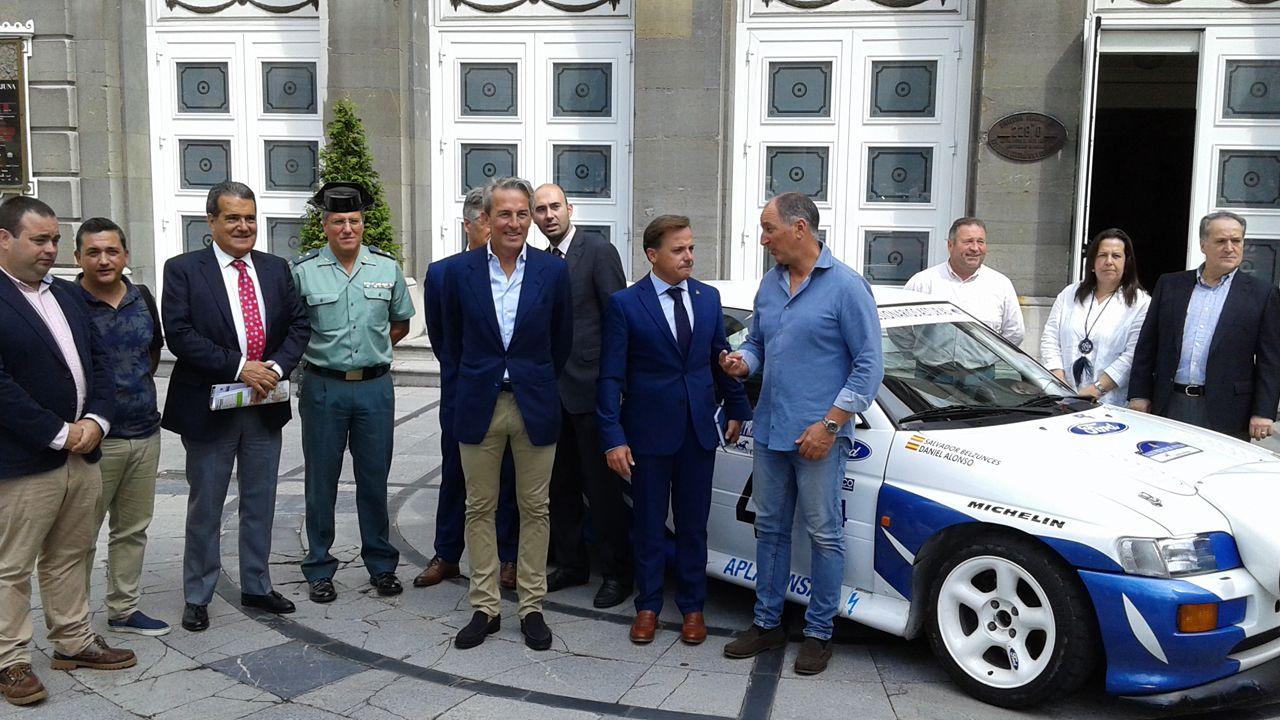 .Organizadores, autoridades y patrocinadores junto a Daniel Alonso y el vehículo con el que ganó hace ahora 25 años el Rally Princesa de Asturias