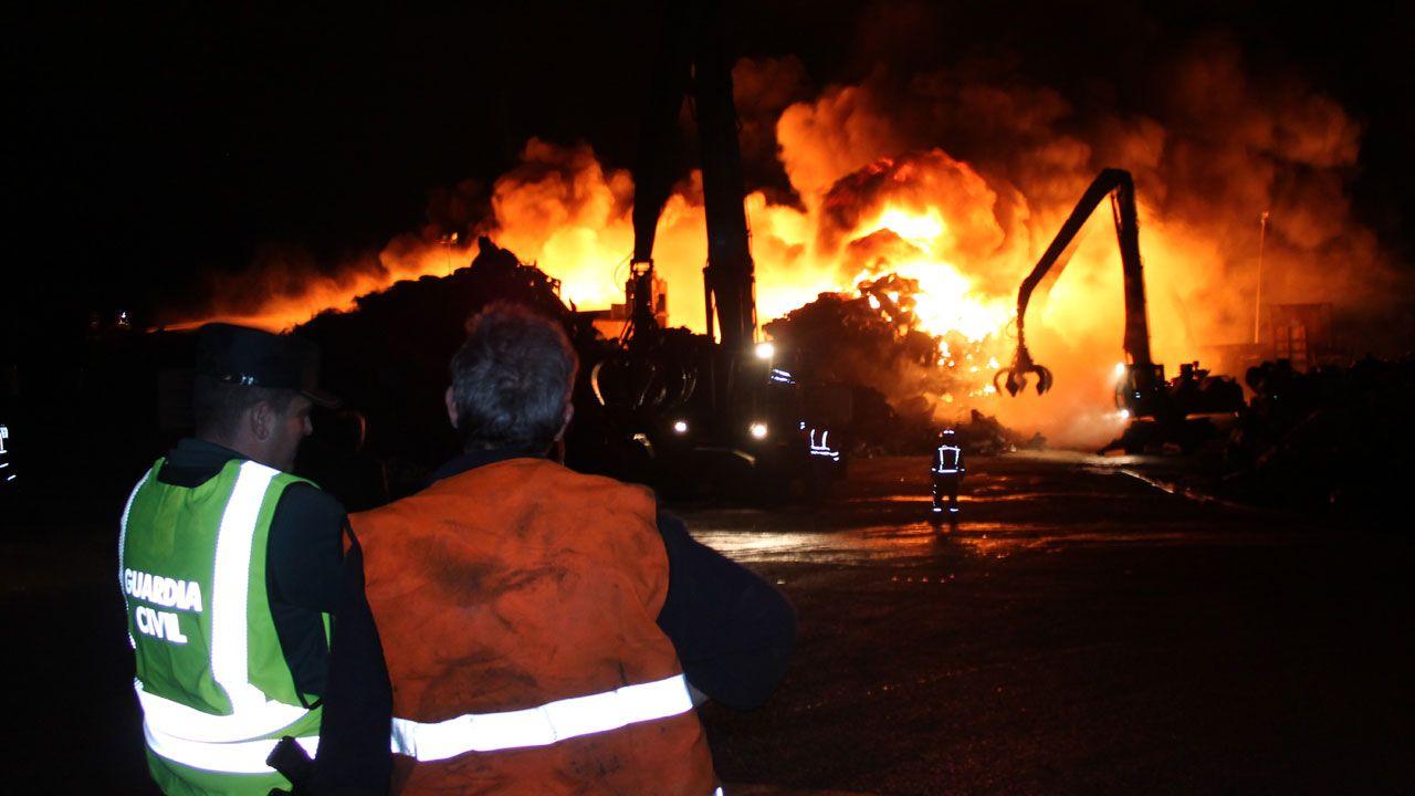 Vídeo: las espectaculares imágenes del gran incendio en Riestra.El ministro de Fomento, Íñigo de la Serna, y la alcaldesa de Avilés, Mariví Monteserín