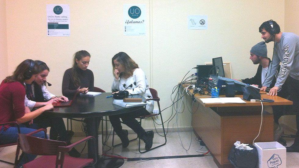 .Alumnos en el estudio de Uniovi Radio