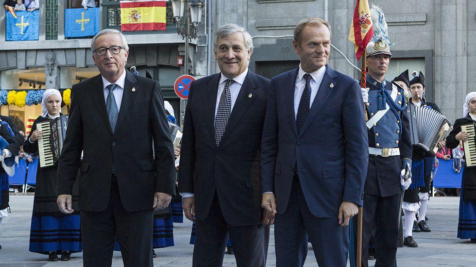 .El presidente del Parlamento Europeo, Antonio Tajani (c), el presidente de la Comisión Europea (CE), Jean-Claude Juncker (d), y el presidente del Consejo Europeo, Donald Tusk (i), tras recoger el Premio Princesa de Asturias 2017 de la Concordia otorgado a la Unión Europea