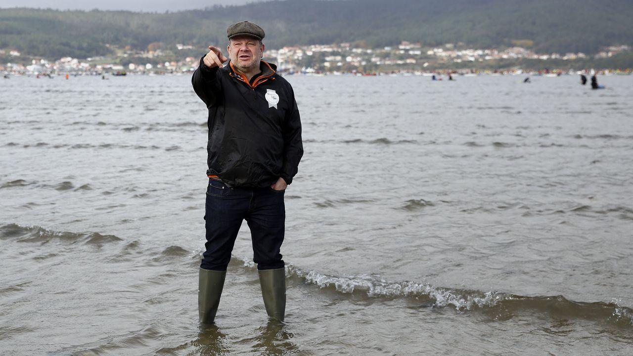 Alberto Chicote visita los bancos marisqueros de Testal en Noia.