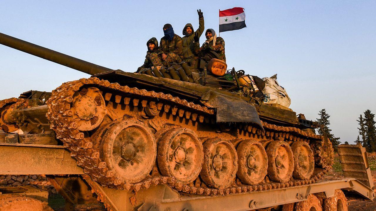 Soldados sirios pasan por Manbij, antigua base de las tropas de EE.UU.