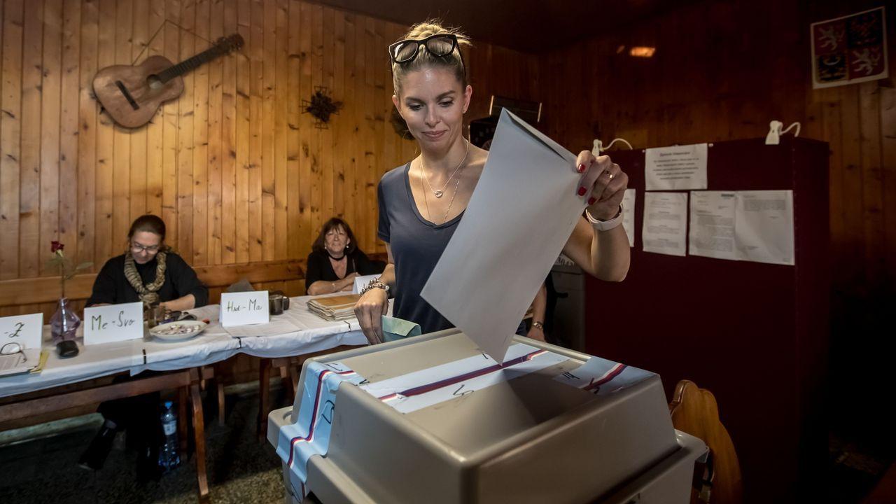 racismo, xenofobia.Una joven deposita su voto para las elecciones al Parlamento Europeo en un colegio electoral de Praga (República Checa)
