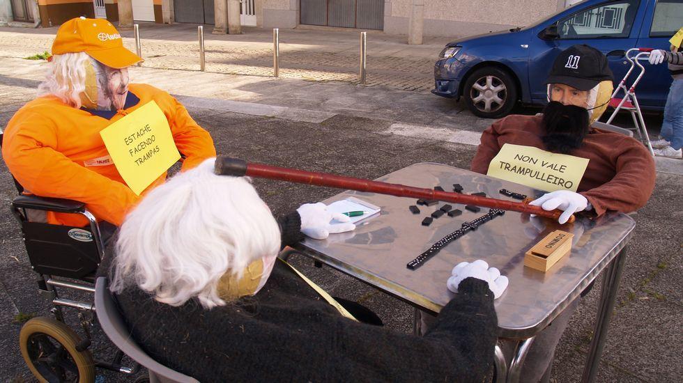 Os compadres de Carude, en Monforte, representaron unha liorta de anciáns en torno a unha partida de dominó