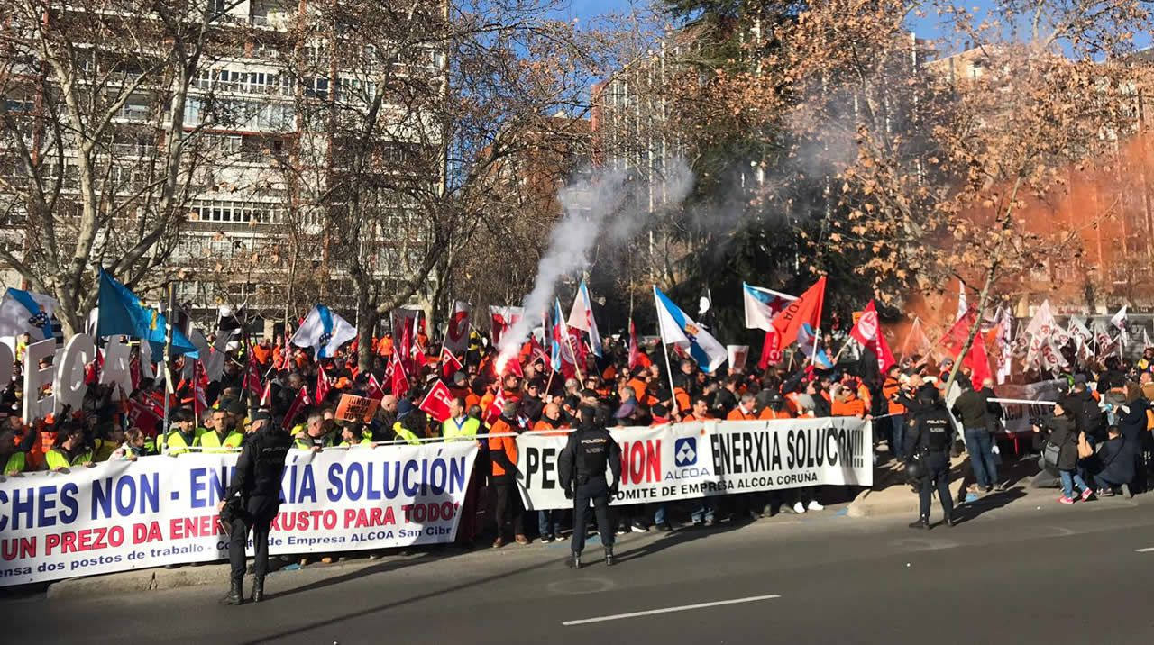 Concentración de los trabajadores de Alcoa en Madrid.García Egea (PP) y Ortega Smith (Vox)