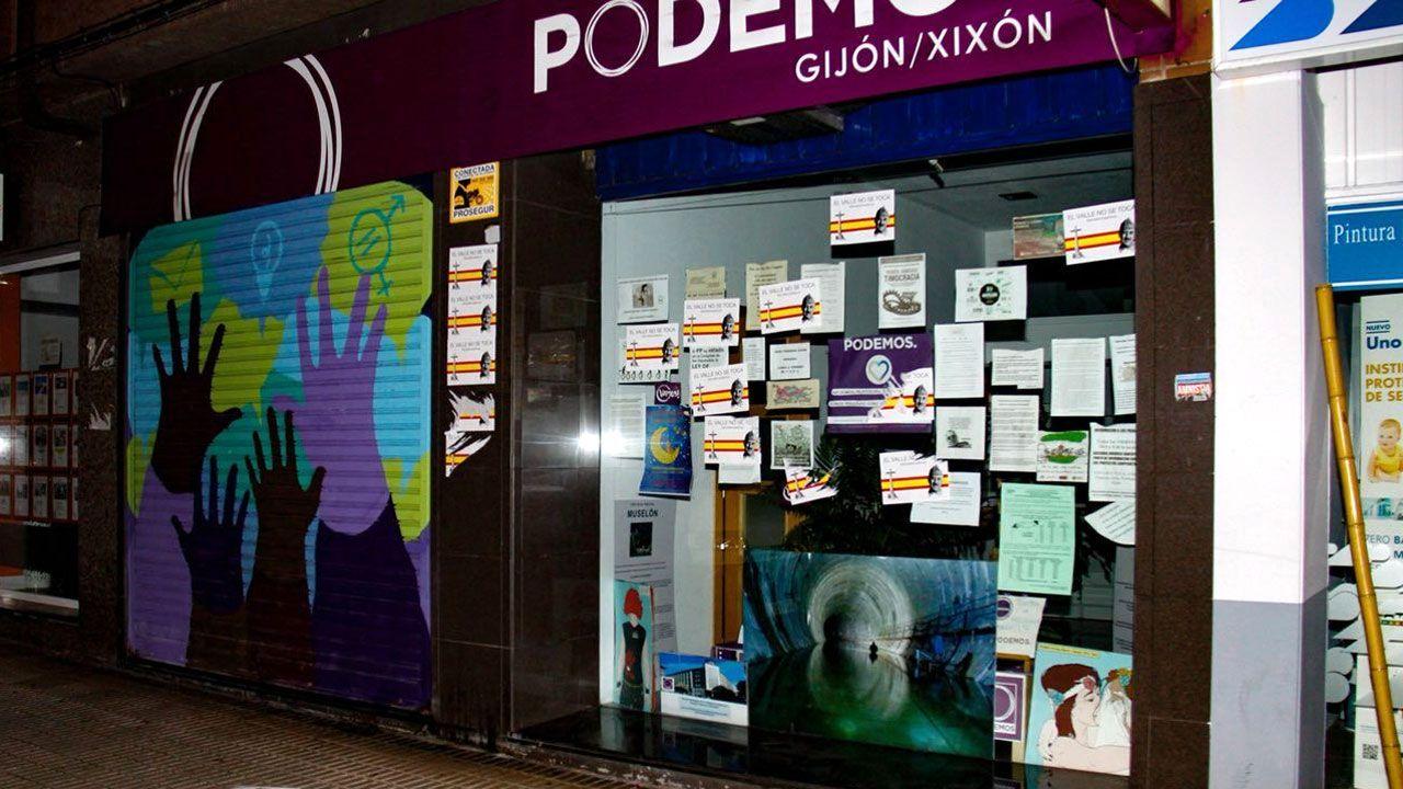 Pasquines ultras en la sede de Podemos Xixón