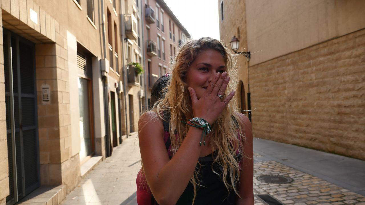 Laura Kirkebay, de Dinamarca, continúa la marcha. A primera hora hemos coincidido con ella en la salida de Logroño y se queja de que, también en el Camino, los chicos solo hablan de fútbol. Este jueves tocaba comentar la semifinal entre Croacia e Inglaterra