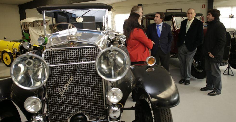 Los Jove, junto a Negreira, Cid y Fernández Prado, al lado de un Hispano Suiza.