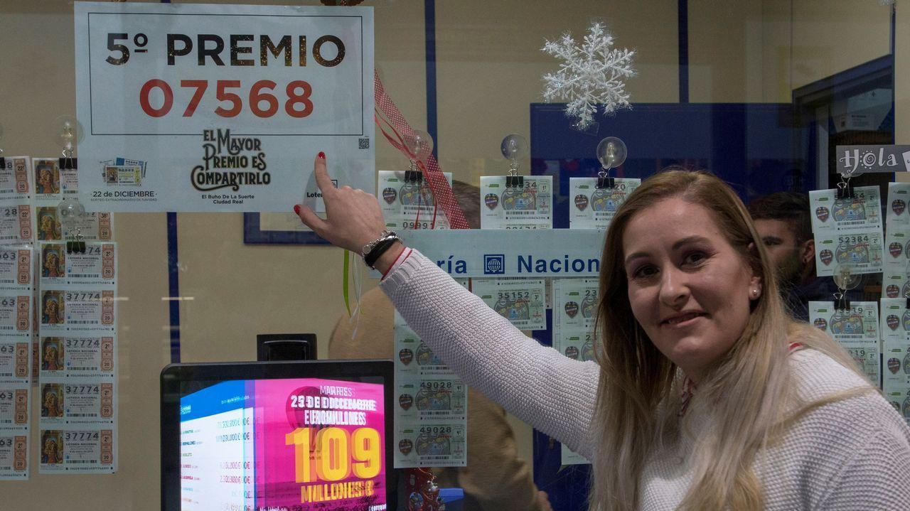 Rocío Romero, hija del dueño de la administración de loterías del centro comercial Leclerc de Ciudad Real ha vendido 15 series del 07568, uno de los quintos. Ha repartido cerca de 900.000 euros