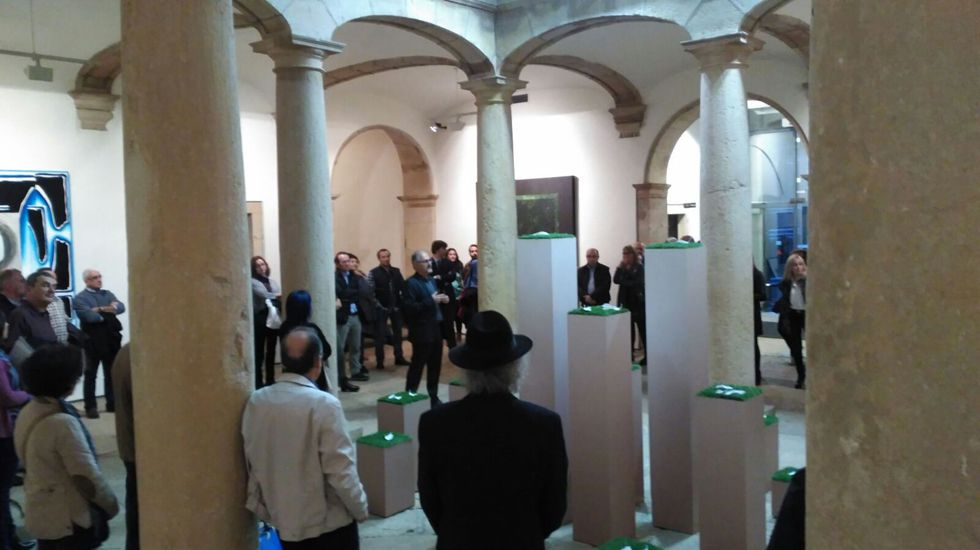 Israel Sastre y Mike Vergara.Francisco Fresno explica su instalación en el Museo de Bellas Artes de Asturias