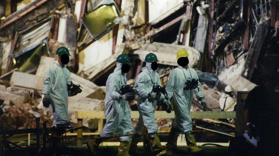 Expertos del FBI recaban evidencias después de que el vuelo 77 de American Airlines impactase contra las instalaciones del Pentágono tras ser secuestrado por cinco terroristas.