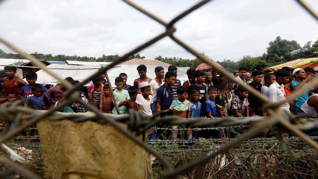 .Refugiados rohingyas residen cerca de la valla frotneriza entre Bangladesh y Birmania, en el distrito de Maungdaw