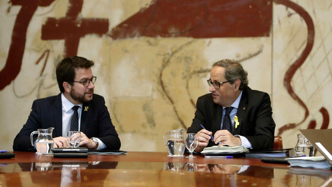 Tensión por la doble manifestación de independentistas y policías en Barcelona.El consejero de Economía, Pere Aragonès, y Quim Torra, en la reunión de ayer del Gobierno catalán