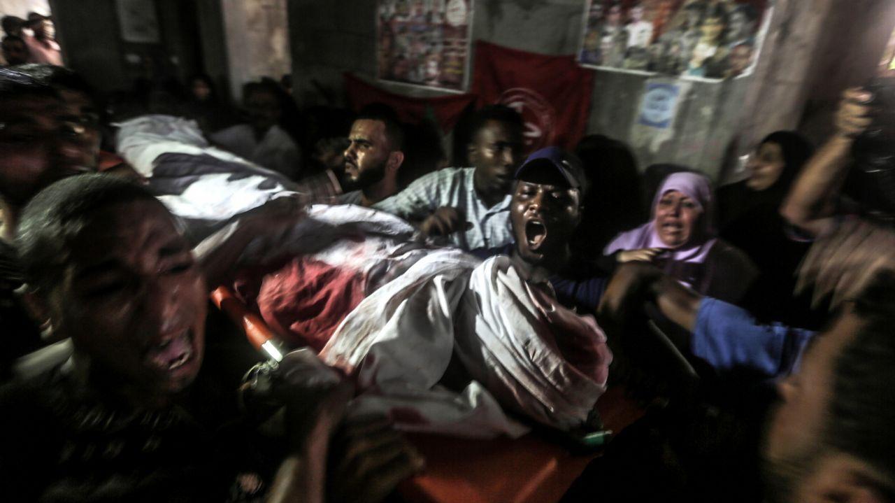 Familiares trasladan el cuerpo de uno de los dos milicianos palestinos muertos por fuego israelí