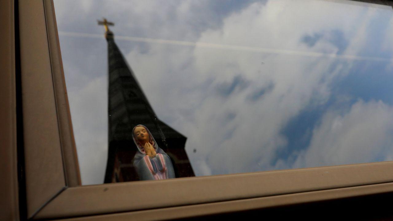 Una estatua de la Virgen María en el interior de una casa frente a la iglesia parroquial de Charles Borromeo en EE.UU.