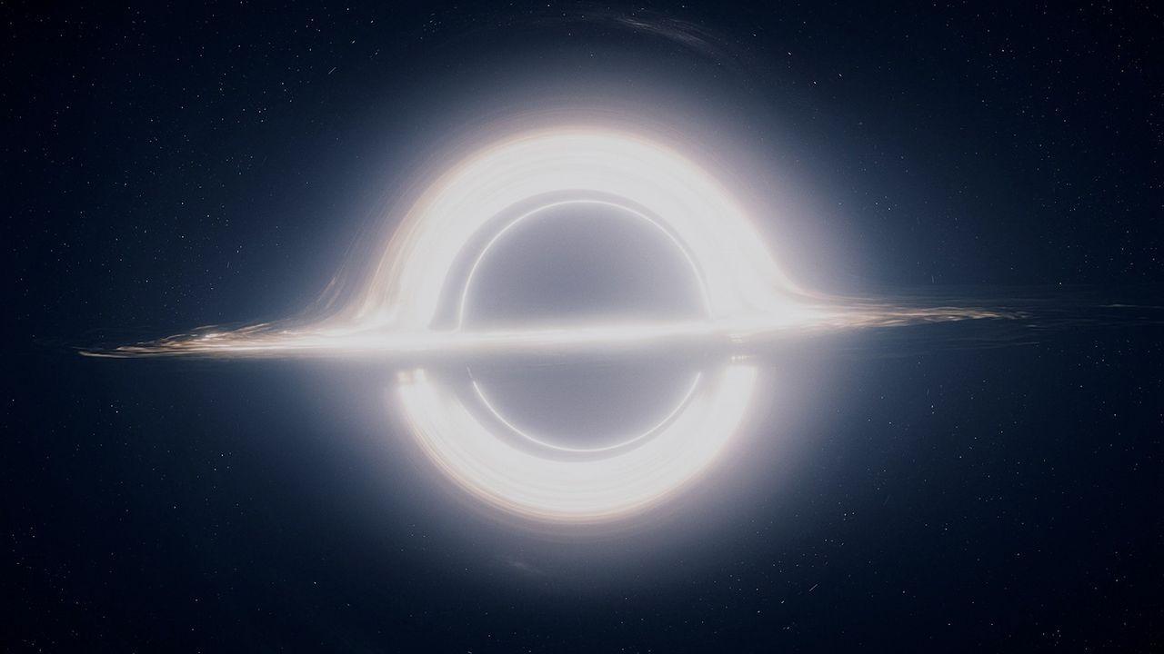 En Gargantúa se aprecia un disco brillante, como el de Saturno, y el efecto de lente gravitacional. La parte brillante superior e inferior, en realidad, se trata de un espejismo