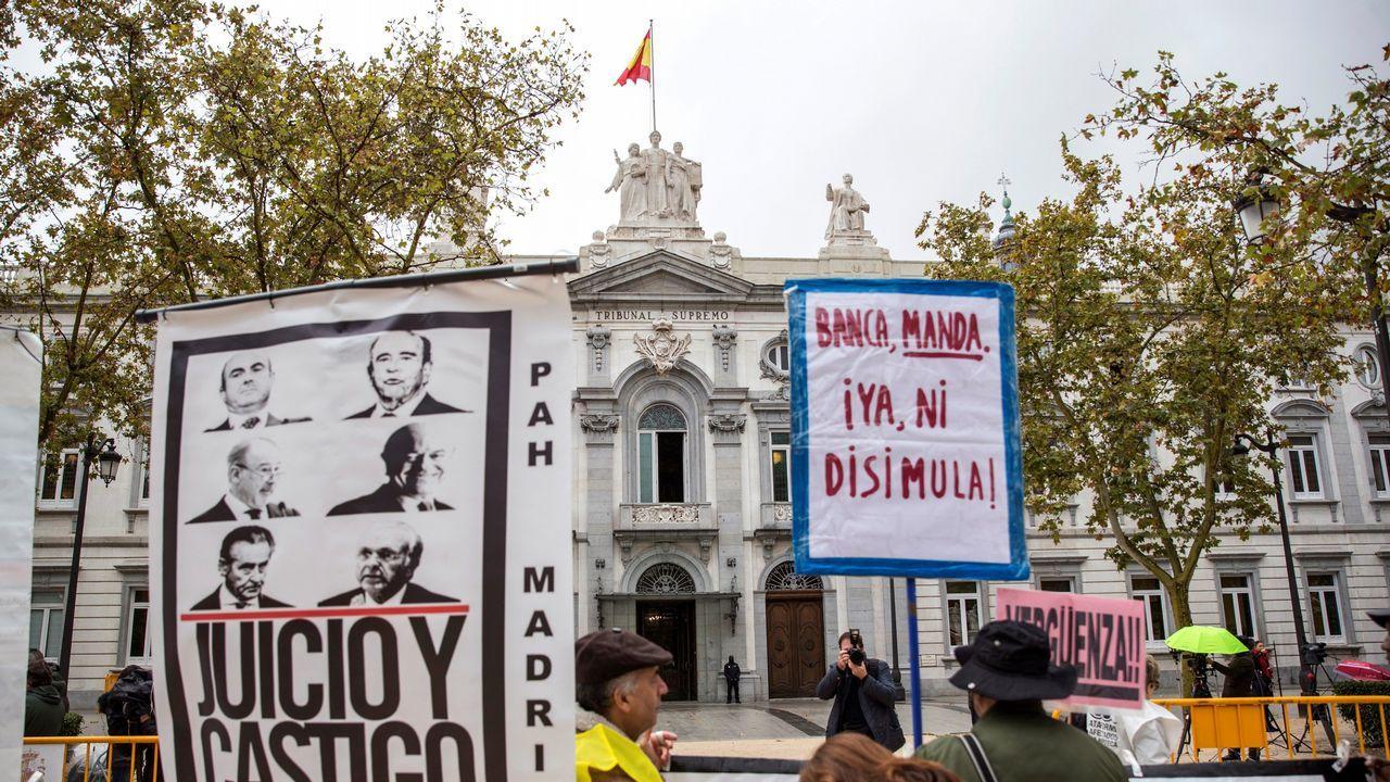 Sánchez comparece para anunciar medidas legales tras la sentencia de las hipotecas.Protesta frente al Tribunal Supremo