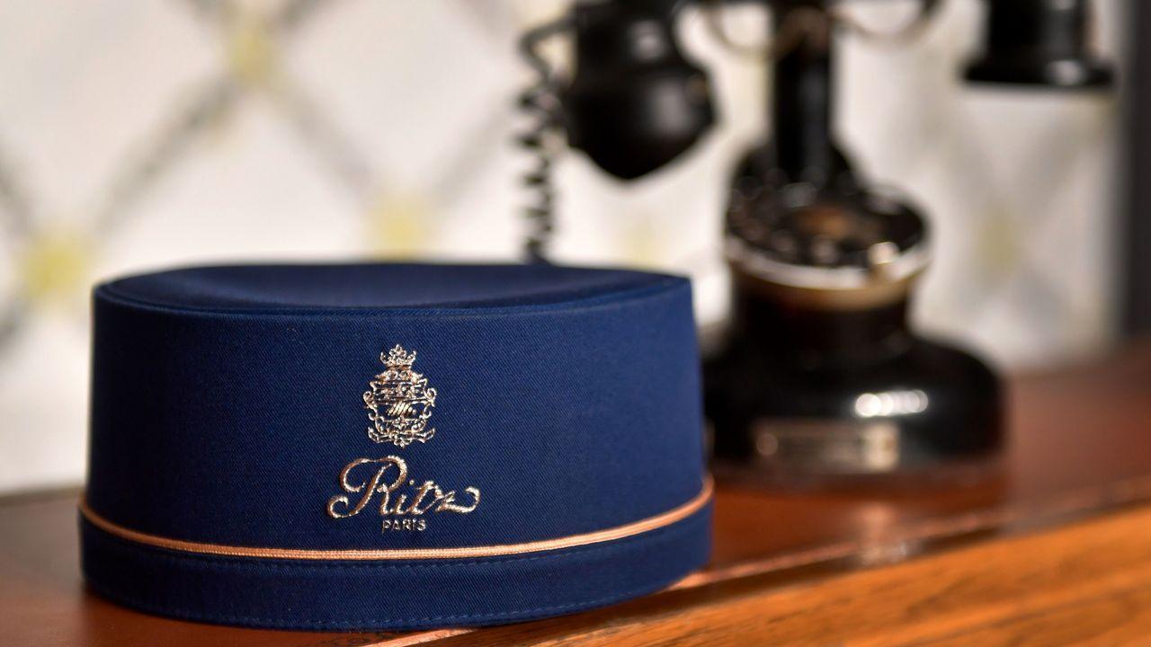 Un gorro de botones del Ritz, que forma parte de uno de los lotes que serán subastados