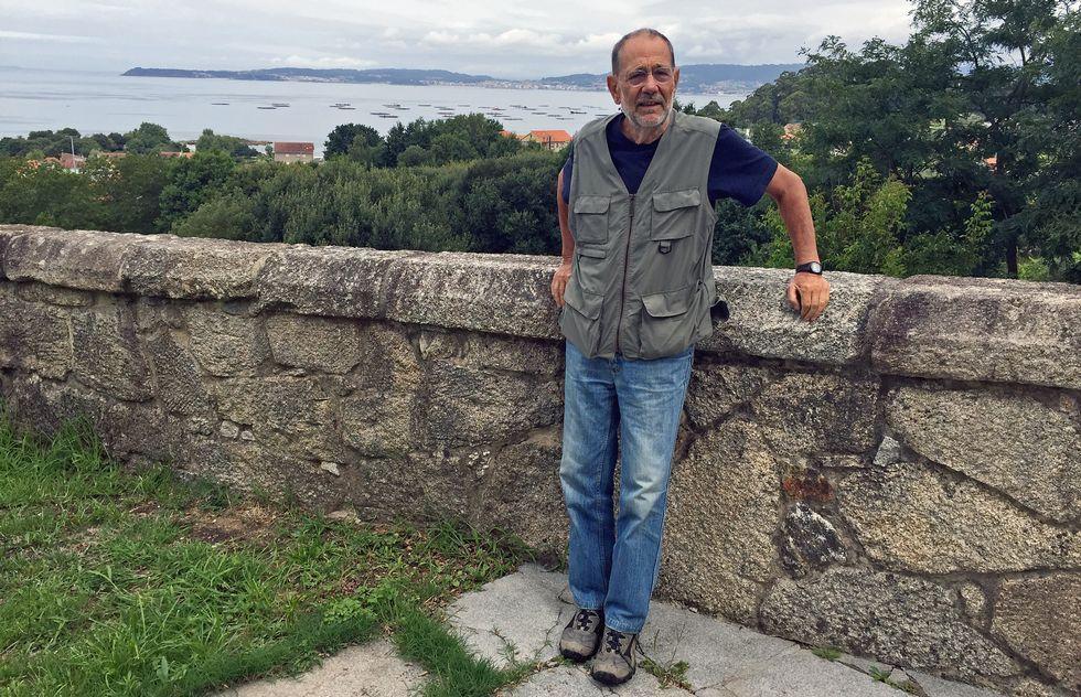 Javier Solana veranea desde hace más de quince años en un chalé alquilado en Cela, una parroquia que eligió porque le ofrece todo lo que le gusta: montaña para caminar, playa para disfrutar al sol y bañarse, gente amable y unas vacaciones tranquilas.