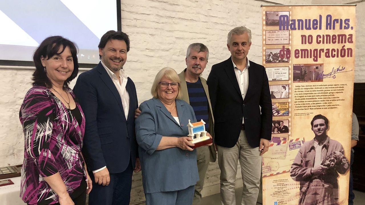 El secretario xeral da Emigración estuvo acompañado en el acto por familiares del cineasta Manuel Aris