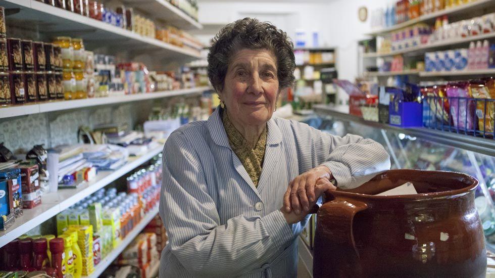 Fina Clemente en su tienda de la calle Mon, en Oviedo